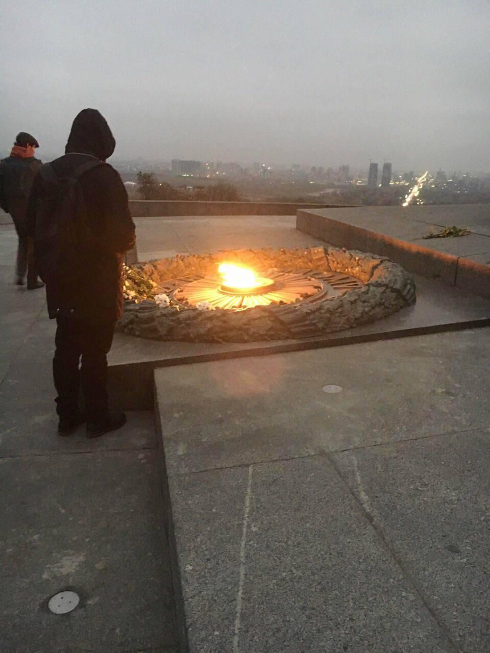 Вечный огонь в Киеве вечером 7 ноября