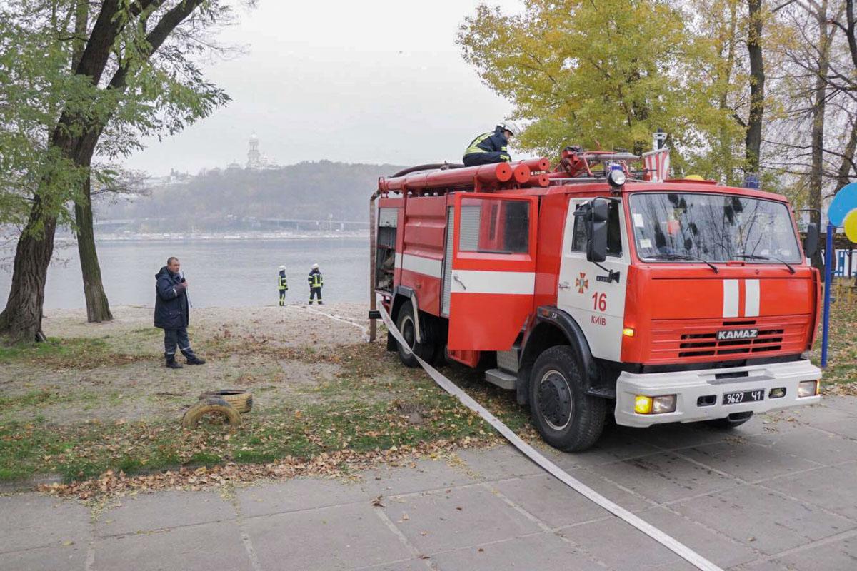 Рукава спасатели бросили в Днепр