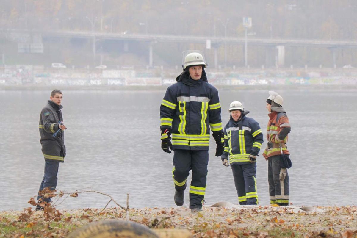 Пожарные пришли на пляж Гидропарка. Но одетые и в ноябре