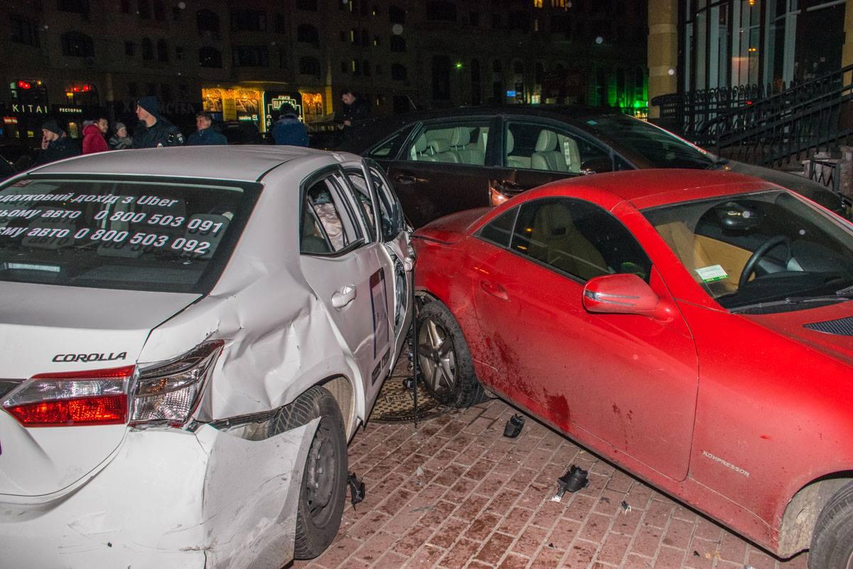Припаркованным на тротуаре машинам тоже досталось