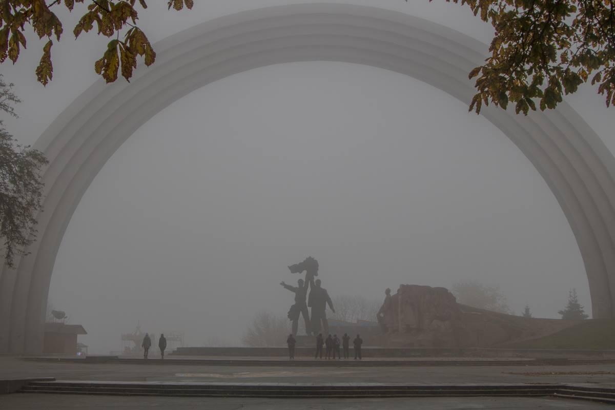 Киев накрыл густой туман