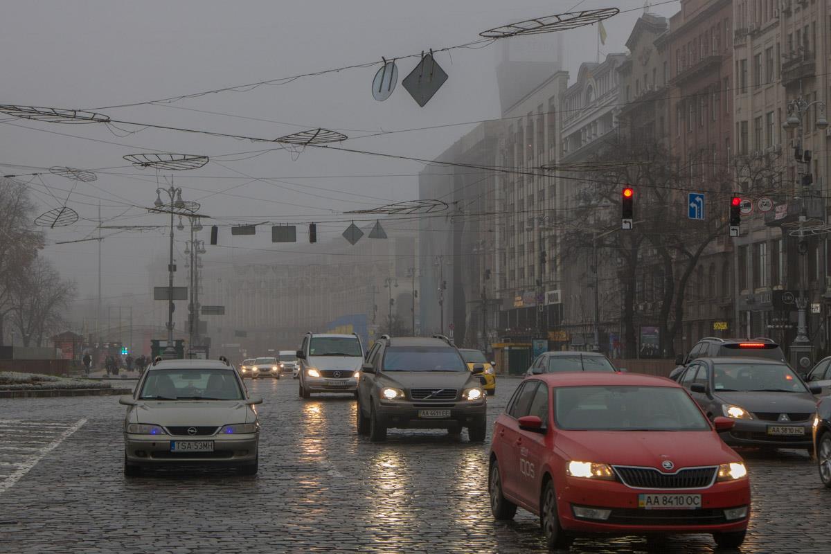 В туманную погоду ездить по дорогам удается только с включенными фарами