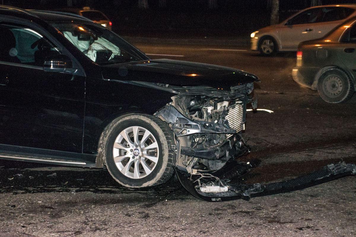 Детали от Mercedes после столкновения были раскидало на несколько метров