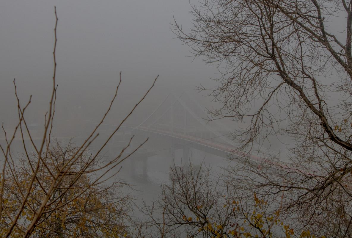 В белой дымке видны лишь очертания Паркового моста