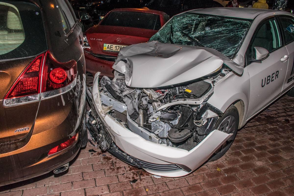 Toyota Corolla вынесло на тротуар, где автомобиль задел еще несколько припаркованных машин