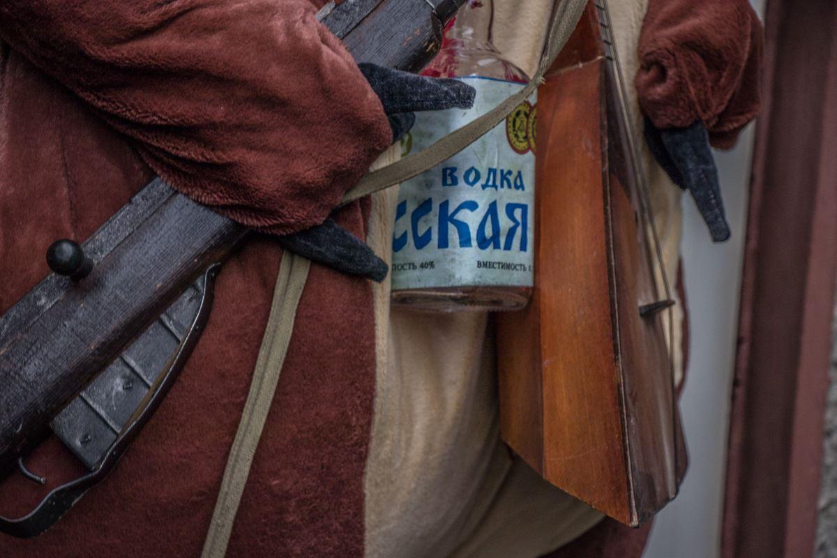 Косолапый пришел протестовать под здание СНБО с русской водкой