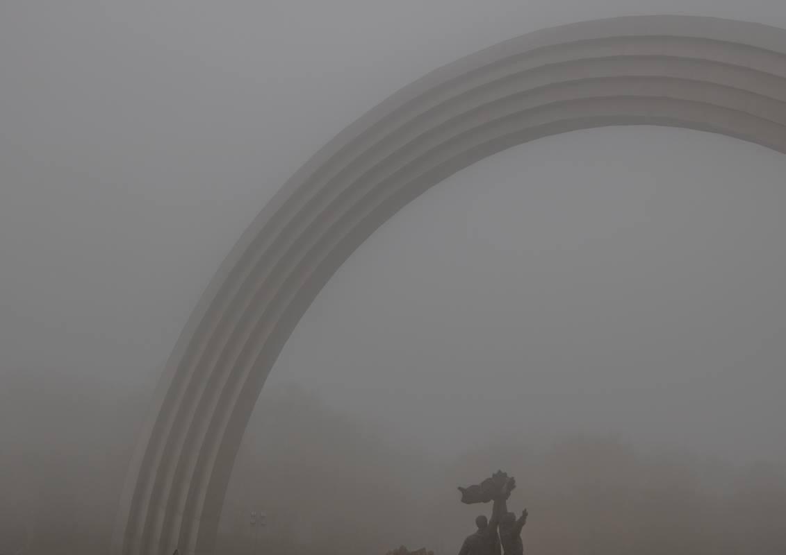 Арка Дружбы народов в туманной дымке