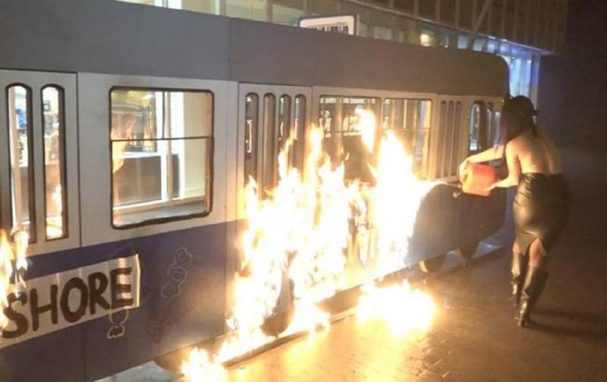 Активистка Femen подожгла декоративный трамвайчик магазина Roshen в центре Винницы