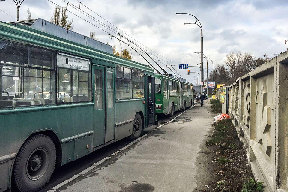 Также парализовано движение 11 троллейбуса