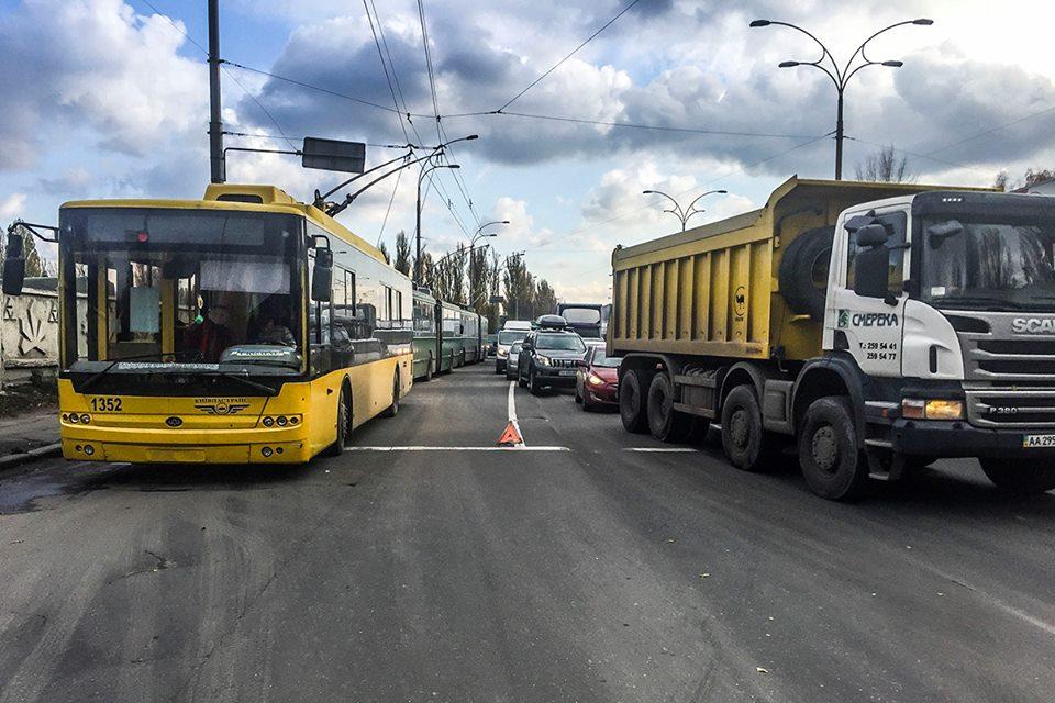 В результате ДТП на улице Заболотного затруднено движение