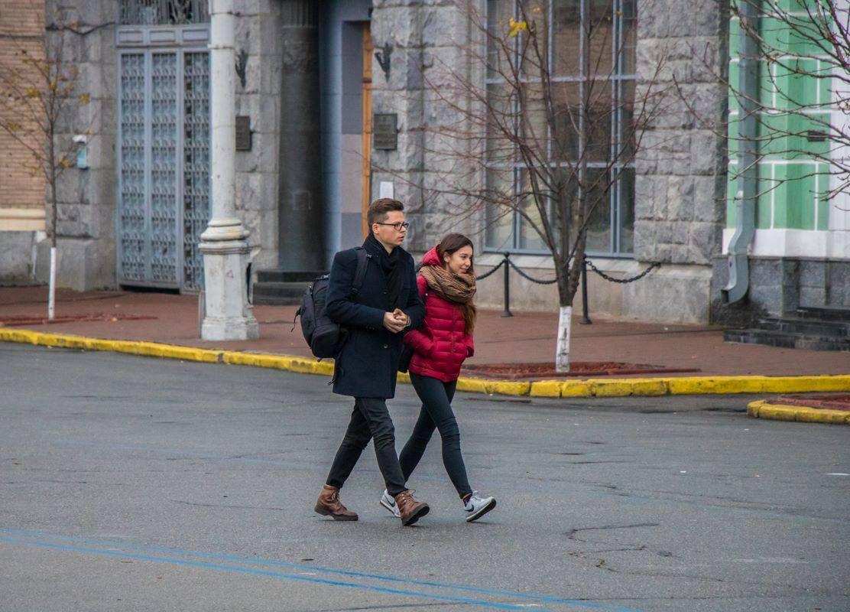 Несмотря на прохладную погоду, всегда приятно прогуляться по улице с близким человеком
