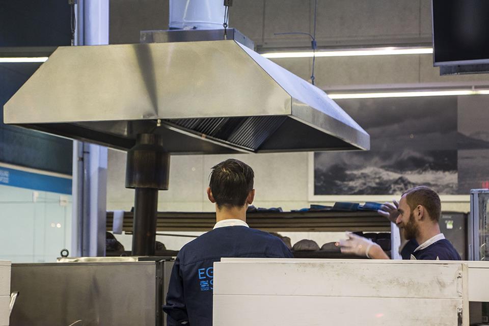 В вентиляционной шахте рыбного магазина загорелся жировой налет