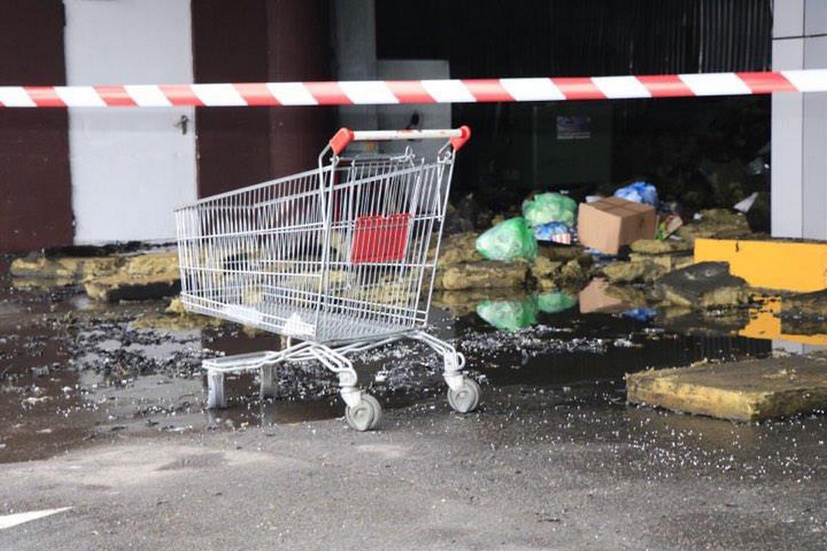 """На территории ТРЦSkyMall возле супермаркета """"Ашан"""" загорелись складские помещения"""