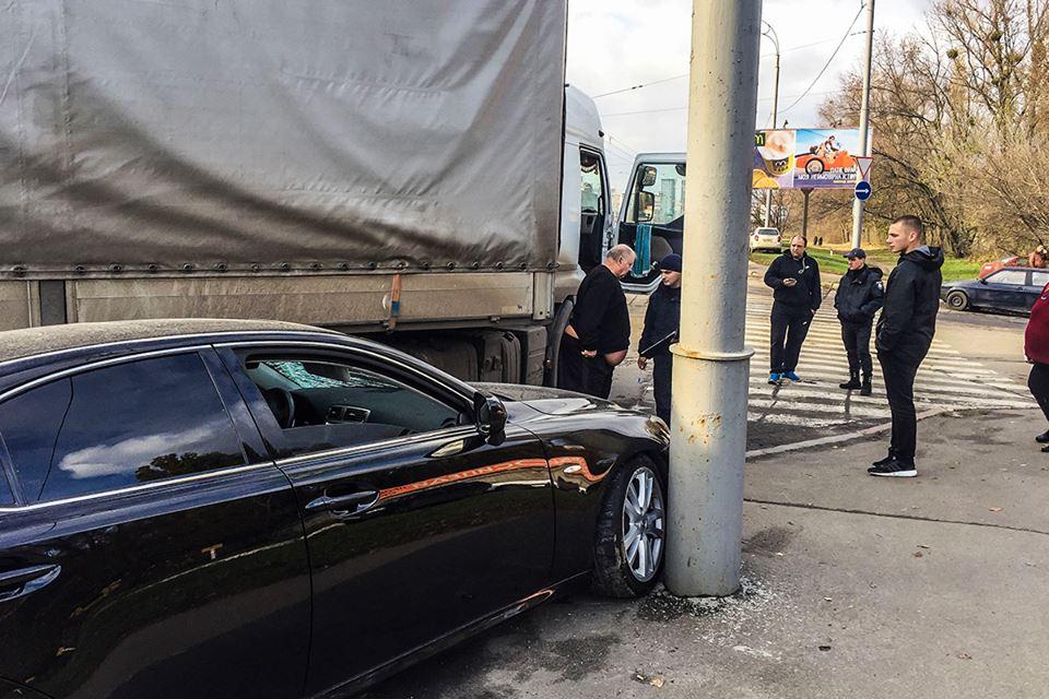 Lexus двигался в сторону Одесской площади и хотел проскочить на желтый свет мимо фуры