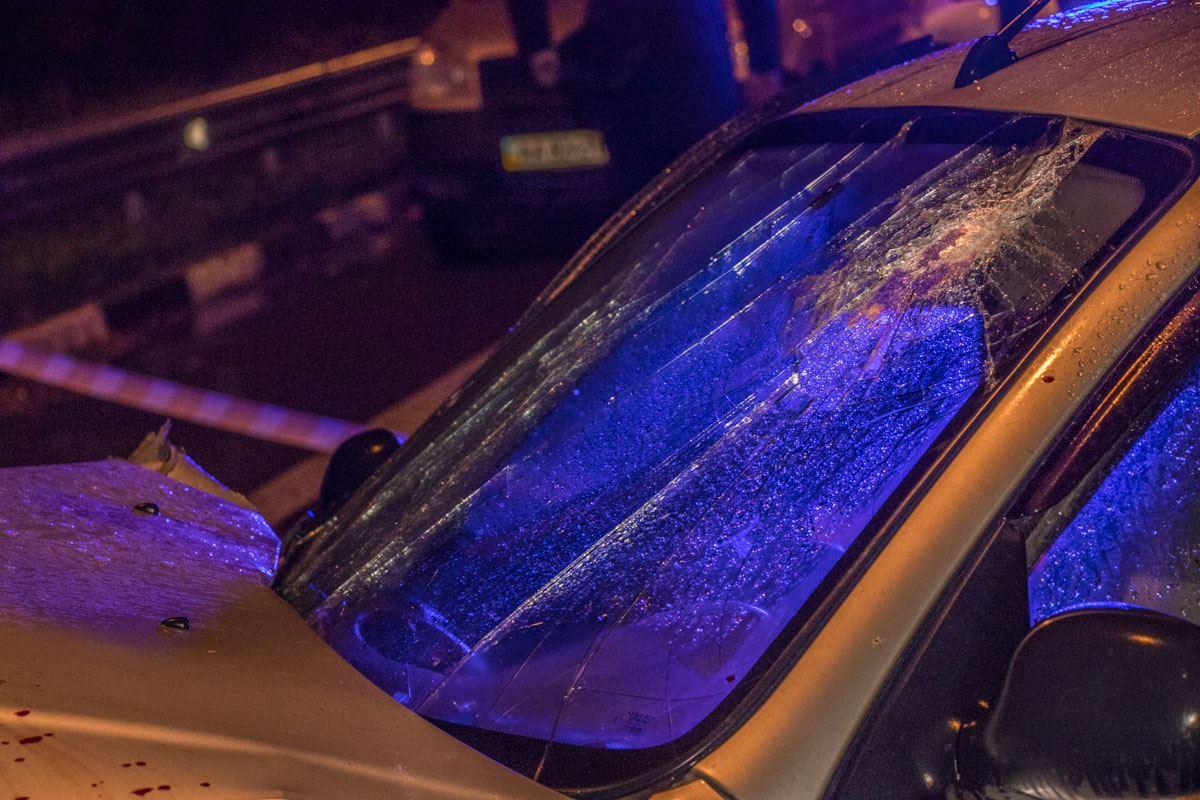 У Daewoo Lanos разбито лобовое стекло, на капоте кровь
