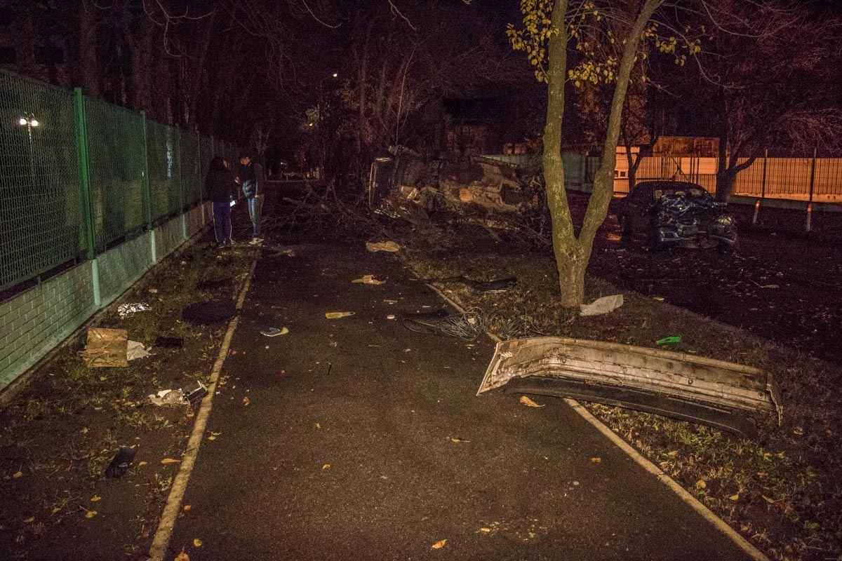 Части машин разлетелись по дороге и тротуару