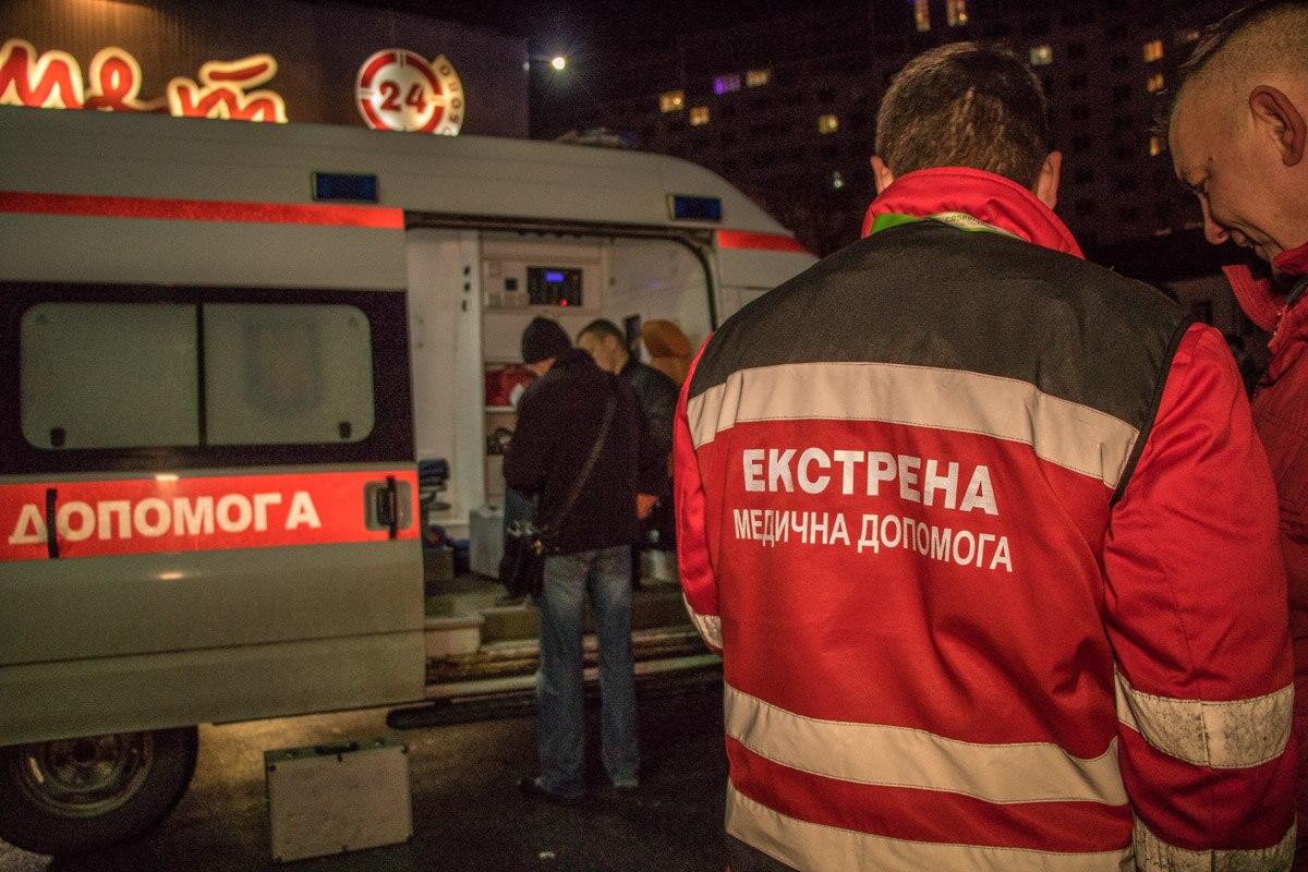 Медики пытались оказать помощь пострадавшему