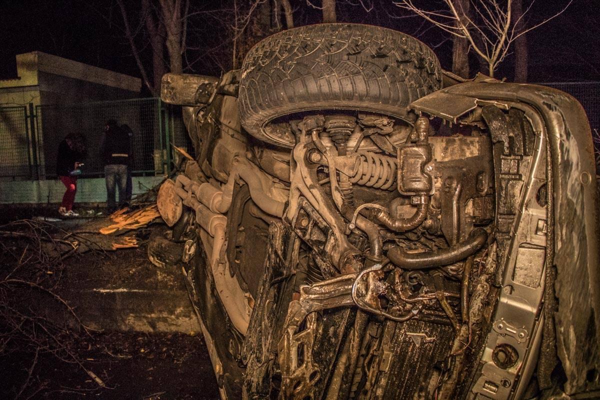 """Mercedes врезался в Mitsubishi, отлетел в дерево и """"прилег"""" на бок"""