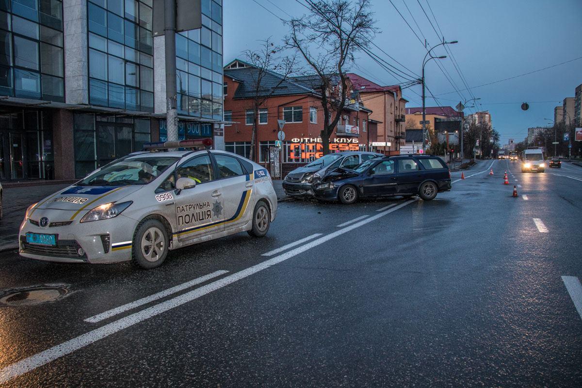 Автомобили столкнулись на Проспекте Лобановского около улицы Андрея Головко