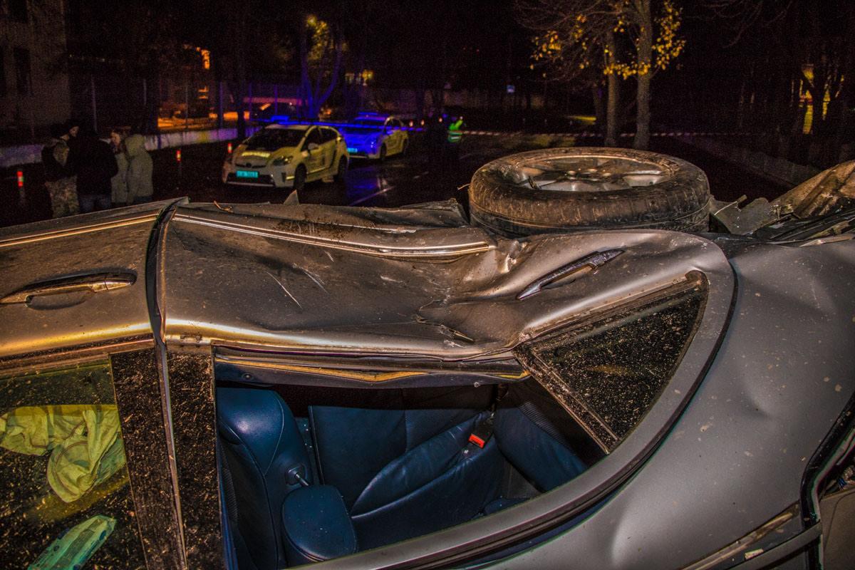 Перед столкновением Mercedes носило из стороны в сторону по проезжей части