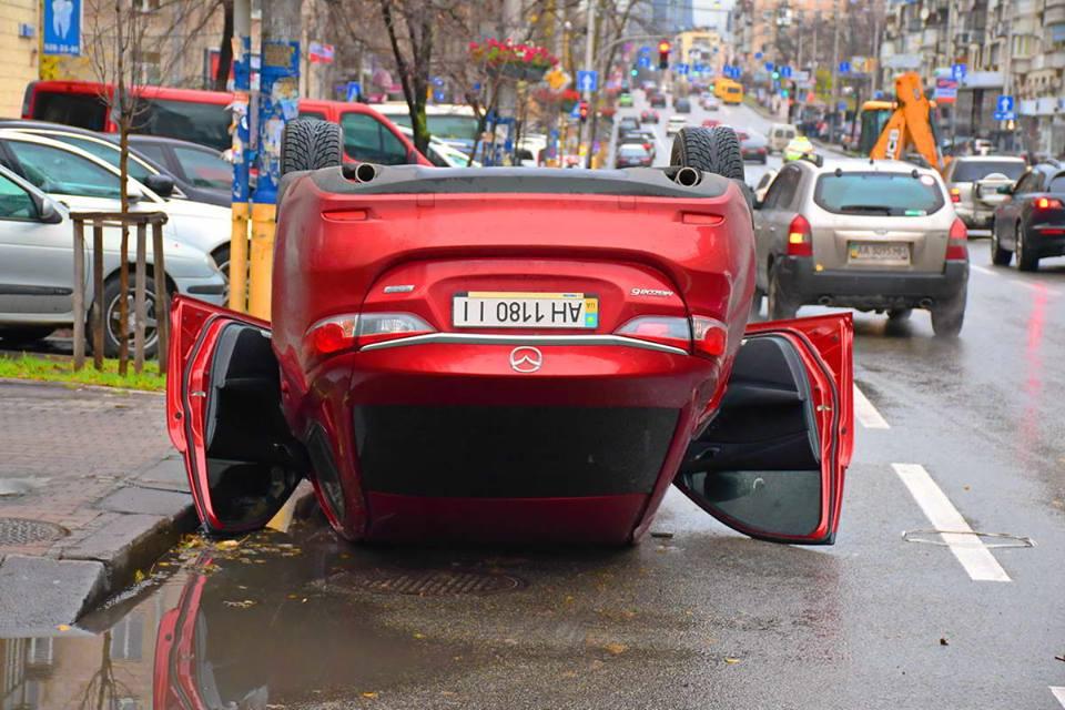 """От удара """"японца"""" унесло на припаркованную на бордюре Audi a5"""