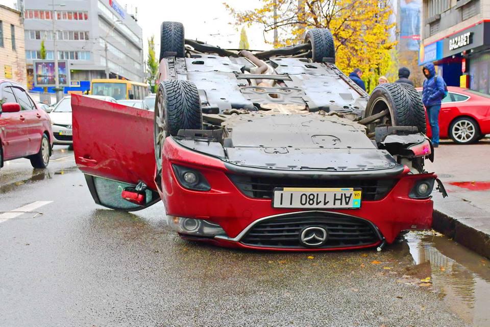 От столкновения c Audi автомобиль Mazda перевернулся