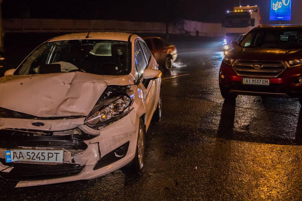 От столкновения у FORD Fiesta разбита передняя часть кузова