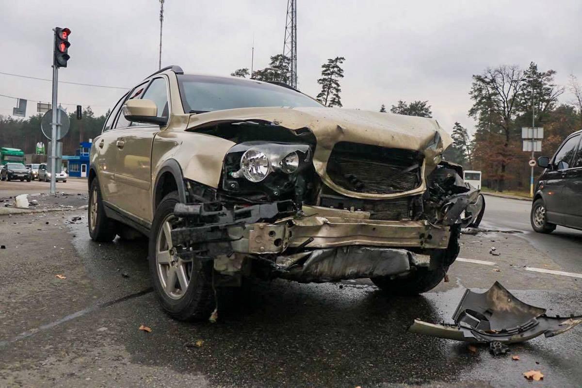На Гостомельской трассе столкнулись Volvo и Hyundai