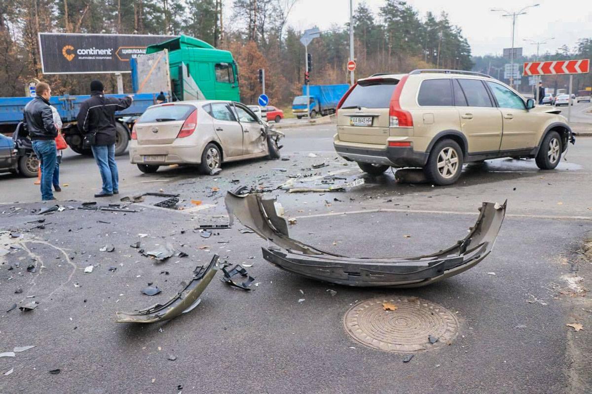 Оба автомобиля достаточно сильно повреждены