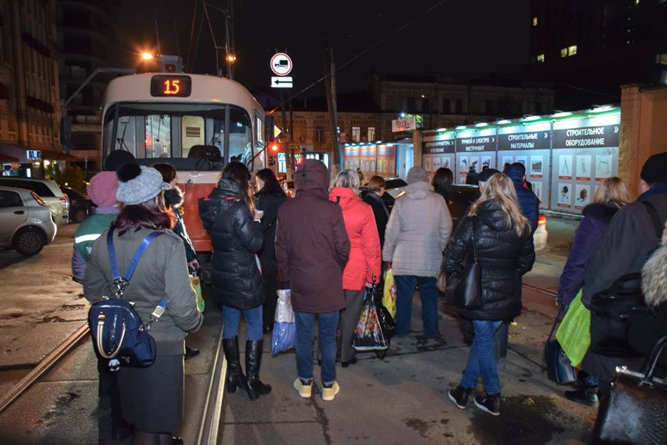 Пассажиры трамвая требовали у водителя Daewoo отъехать или вернуть им деньги за проезд