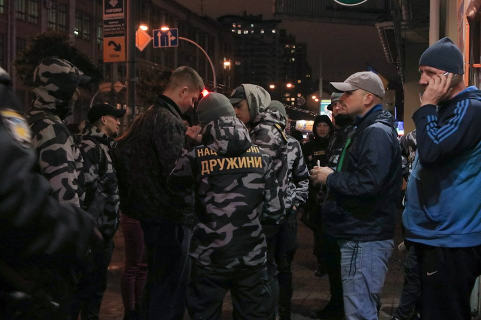 """Представители """"Национальных дружин"""" заблокировали работу """"Лото-маркета"""" возле Лукьяновского рынка"""