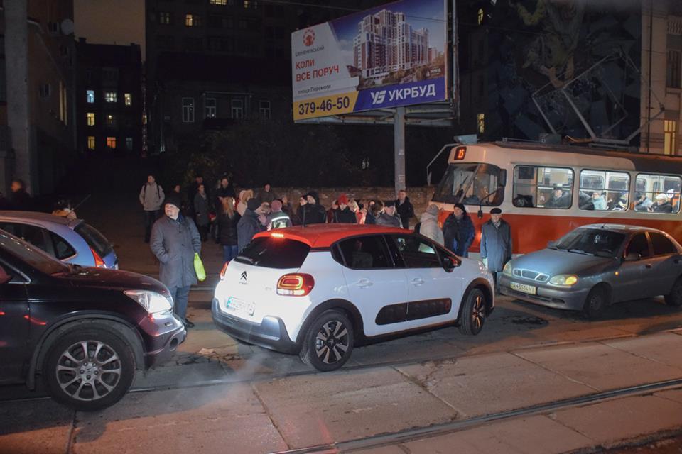Из-за ДТП движение по улице Дмитриевской остановилось