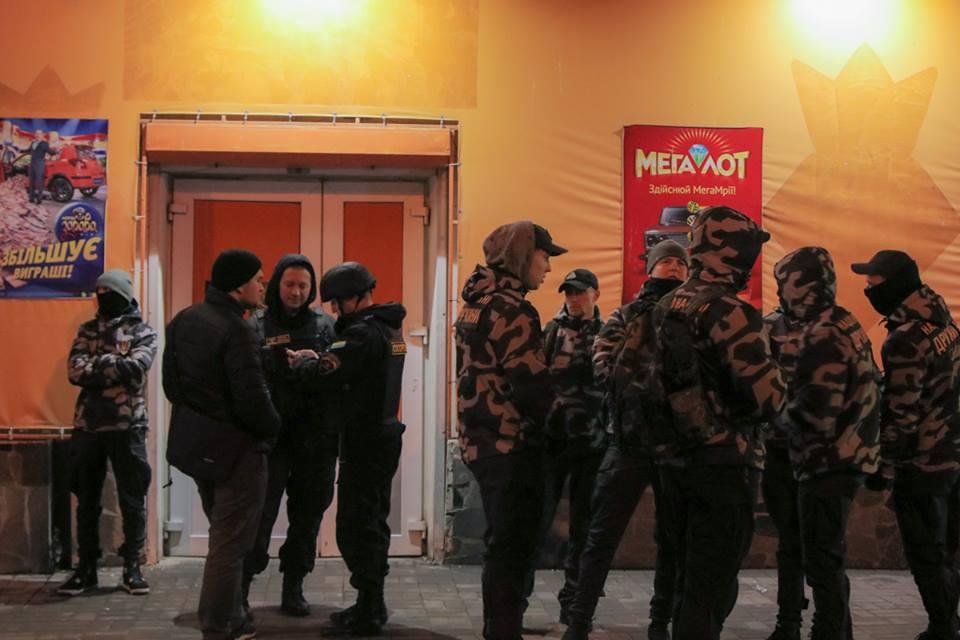 Около 10 членов организации перекрывали вход в игровое заведение