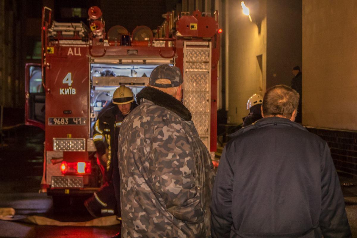Возле входа в здание института была выставлена охрана - пускали внутрь только пожарных