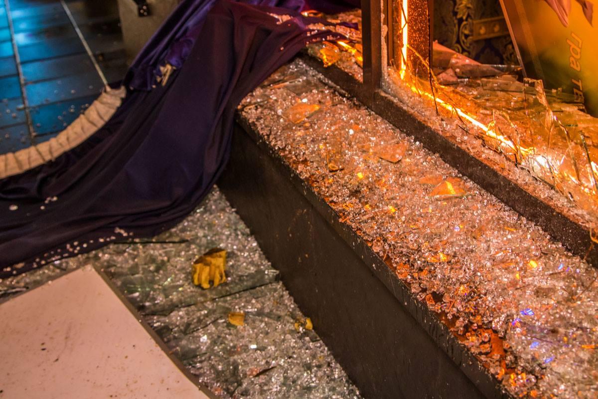 Рядом с заведением много битого стекла и разбросаны камни