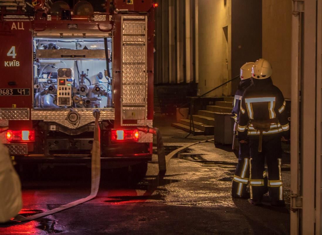 Одна из них находилась прямо возле входа в помещение - к ней были подключены пожарные рукава