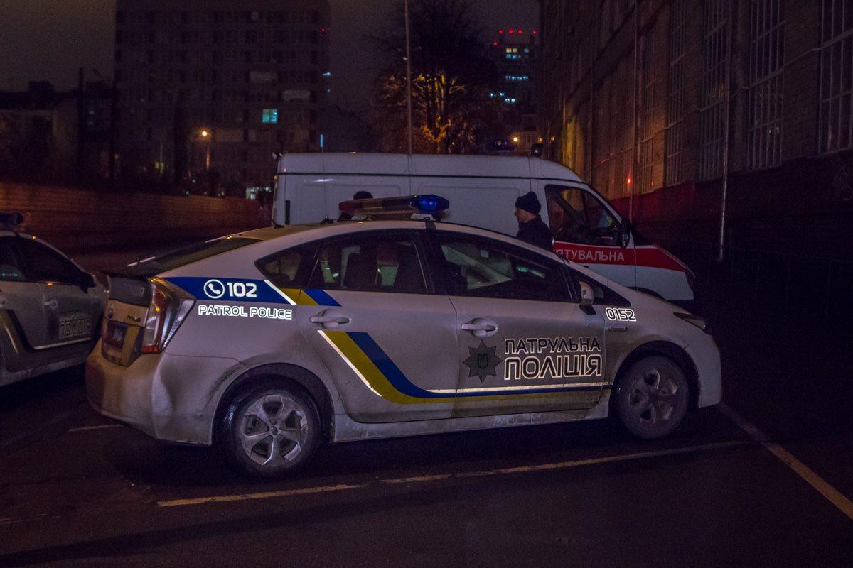 Патрульные перекрыли движение на улицах Казимира Малевича и Короленковской, чтобы ничего не мешало проложить пожарные рукава к корпусу.