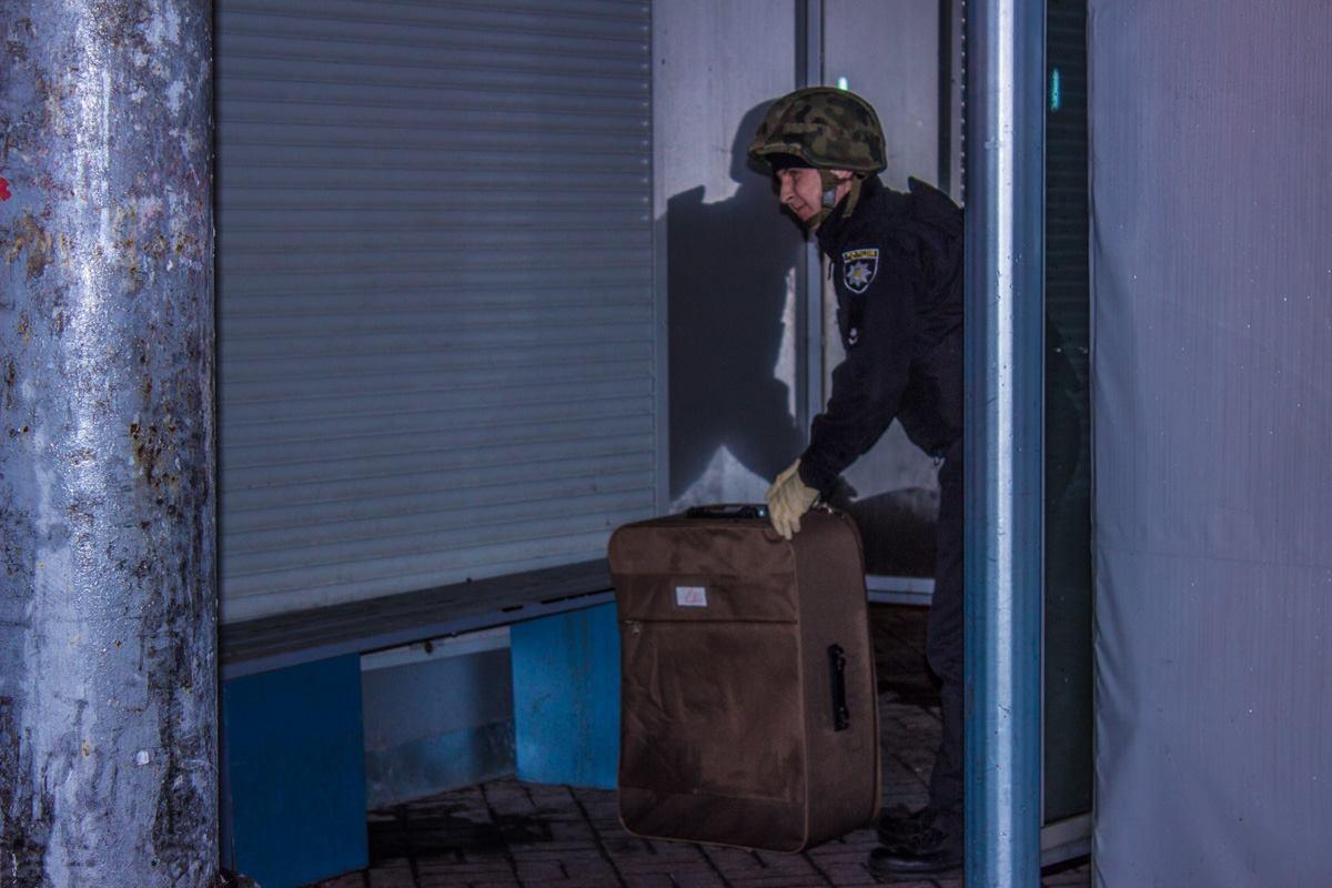 Правоохранители выясняют, что не так с оставленным на остановке чемоданомм