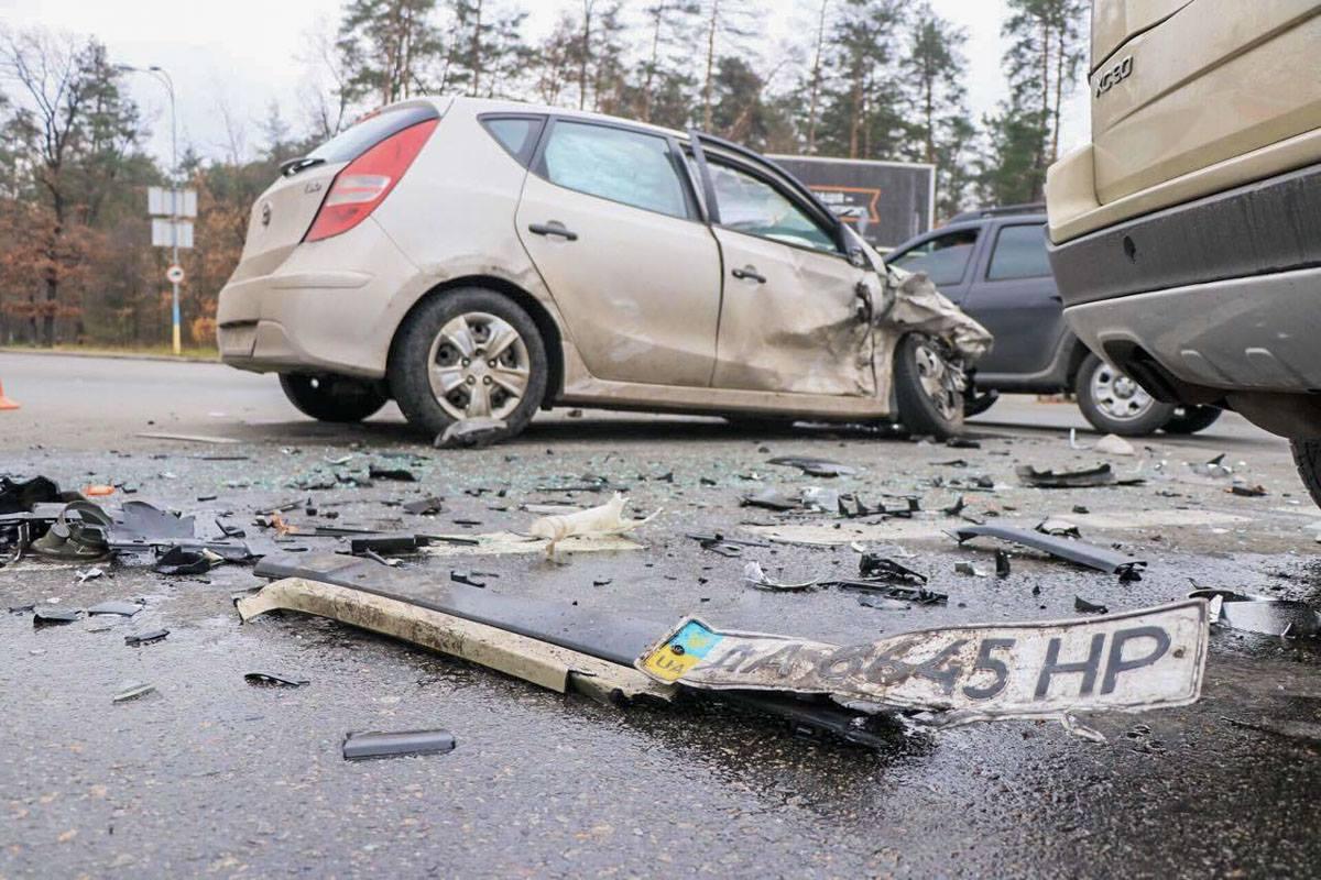 От удара у одной из машин отлетел номерной знак