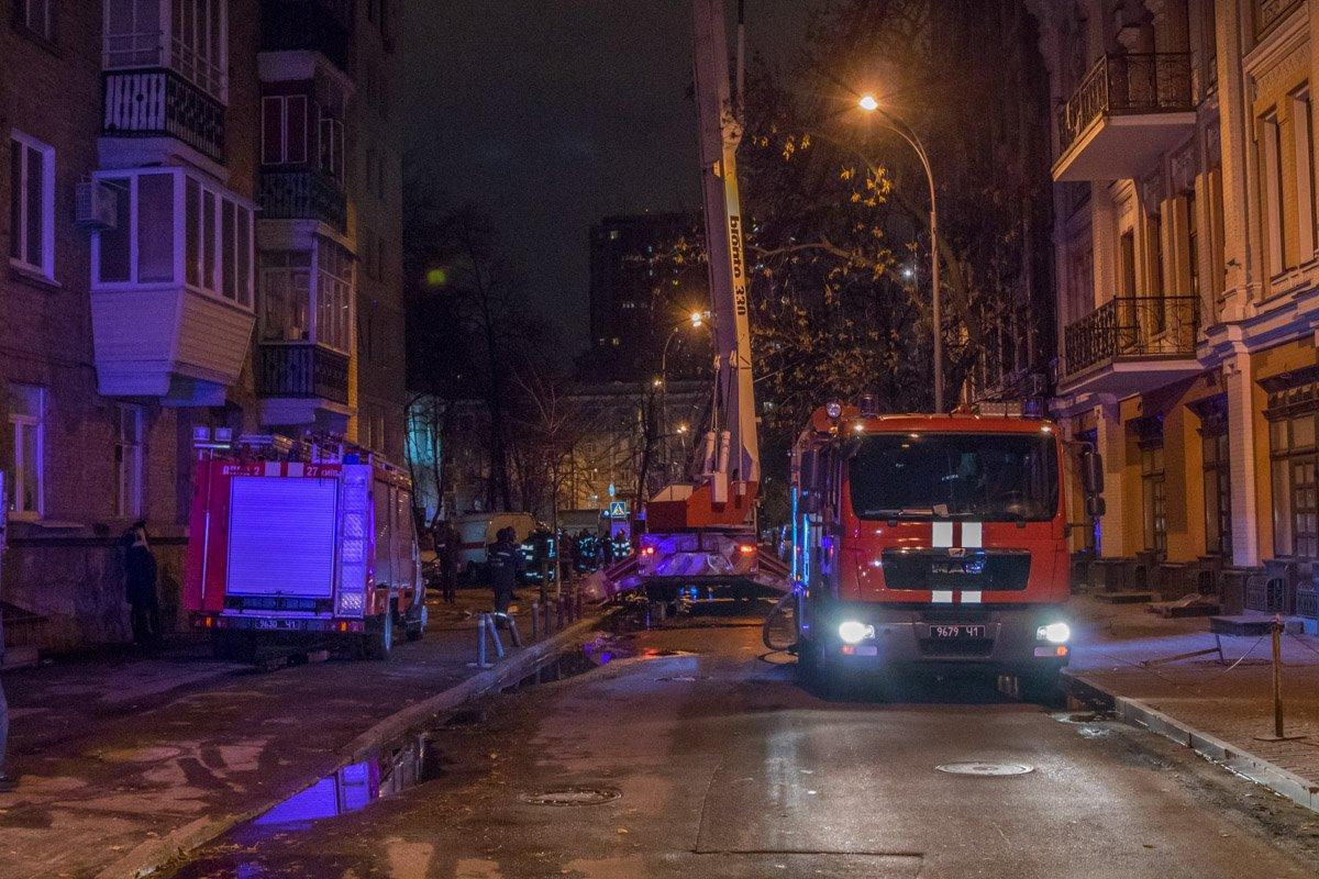 На место пожара прибыло около 10 пожарных машин