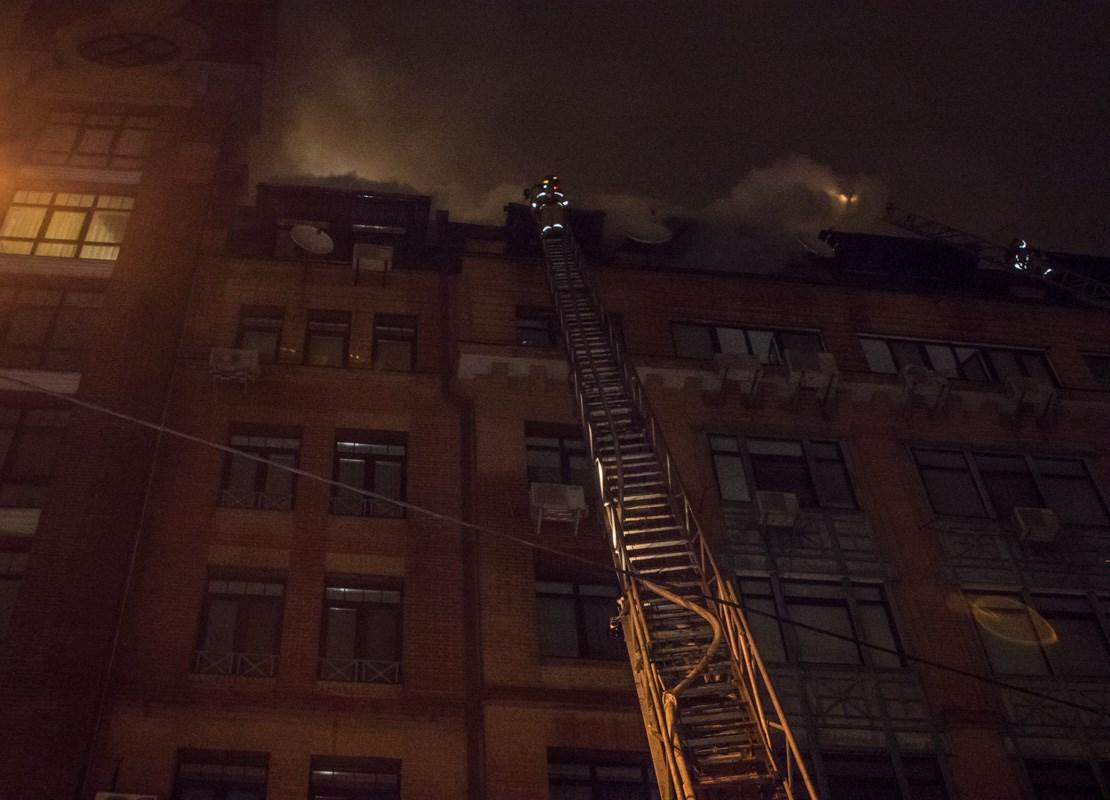 Один из спасателей, Алексей, с самого начала и до конца находился на самом верху пожарной лестницы и тушил огонь