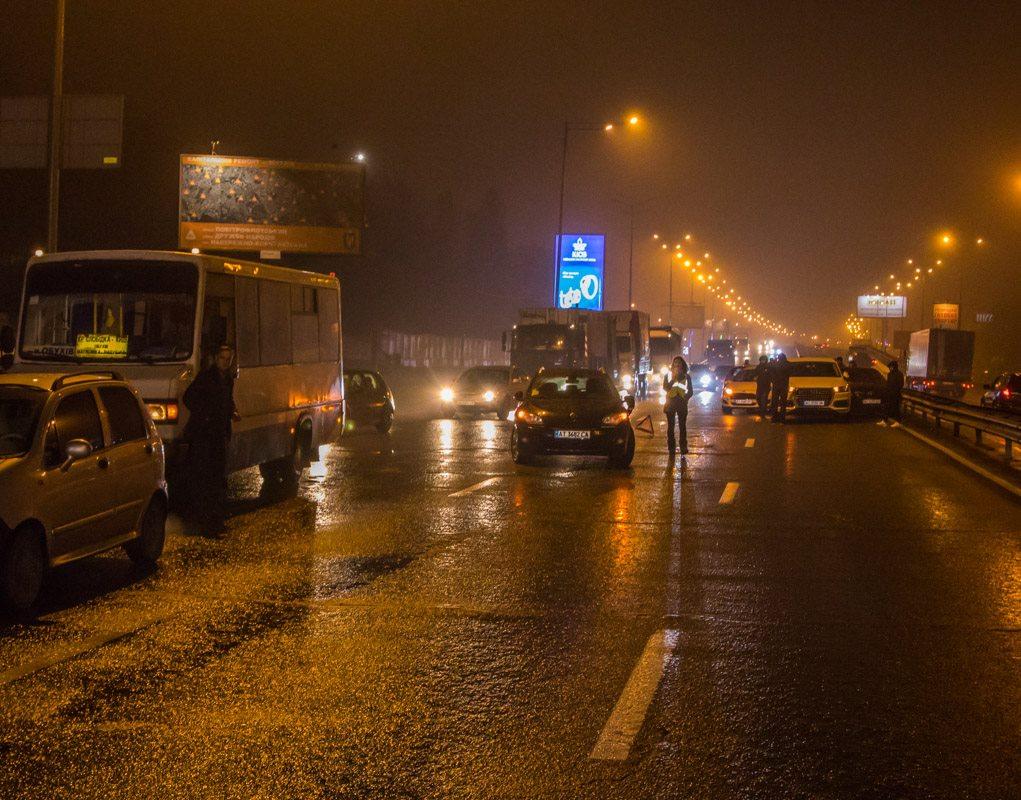 Водители, попавшие в ДТП, до приезда полиции пытаются организовать движение транспорта на данном участке дороги