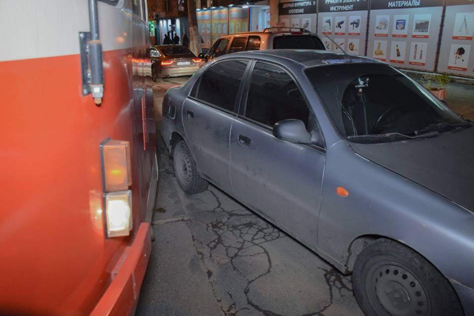 Не смотря на незначительные повреждения, водитель легковушки ждал приезда полиции