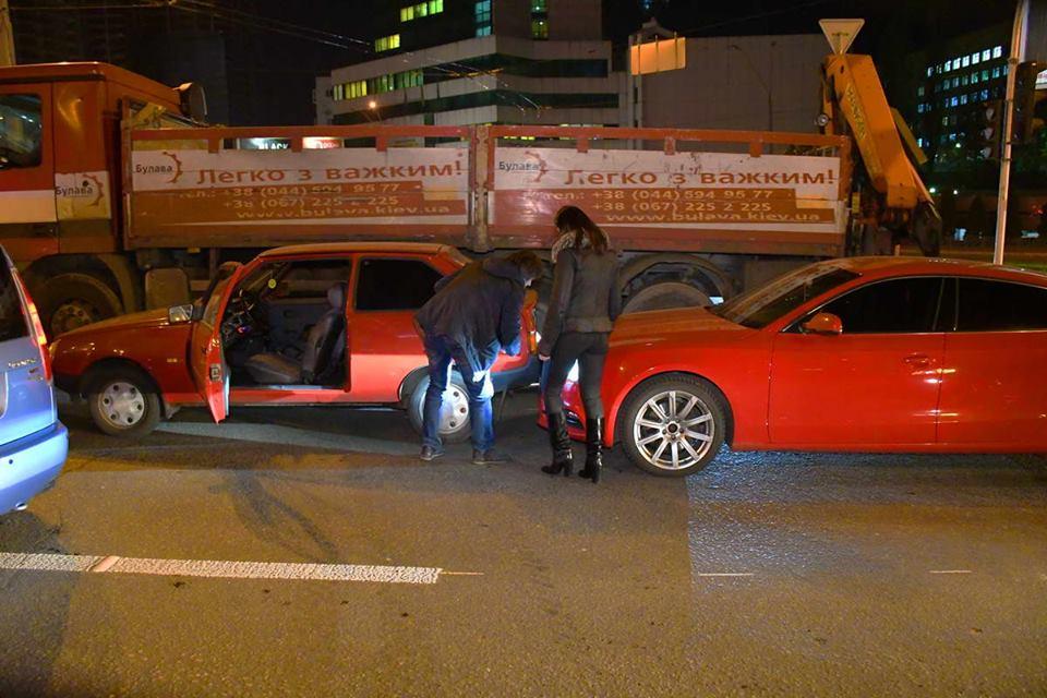 После тройного ДТП, из-за пробки, перед мостом Audi A5 догнала Таврию