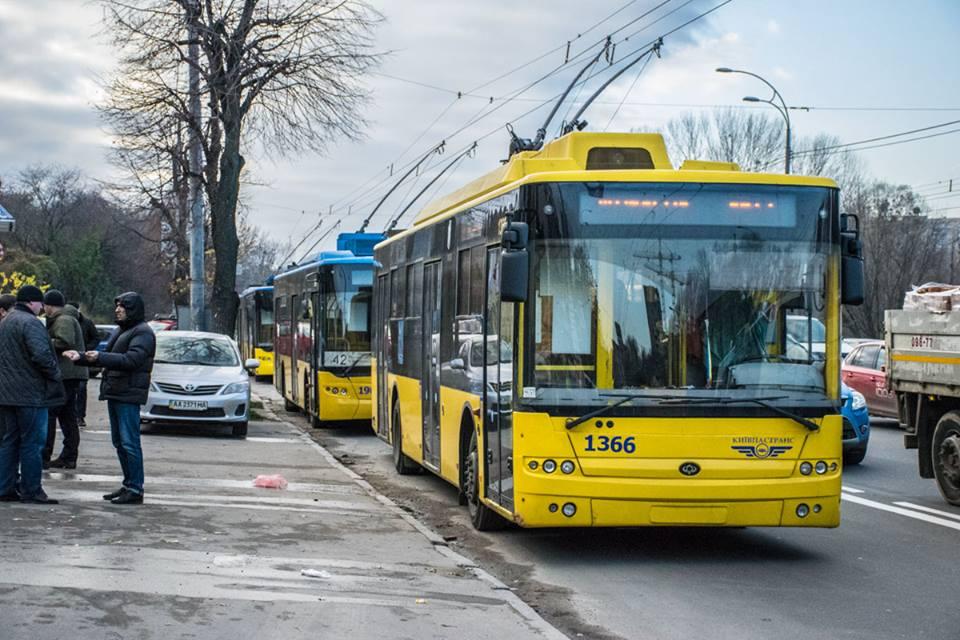 Из-за масштабного ДТП по Проспекту Лобановского образовалась пробка. Также парализовано движение общественного транспорта.