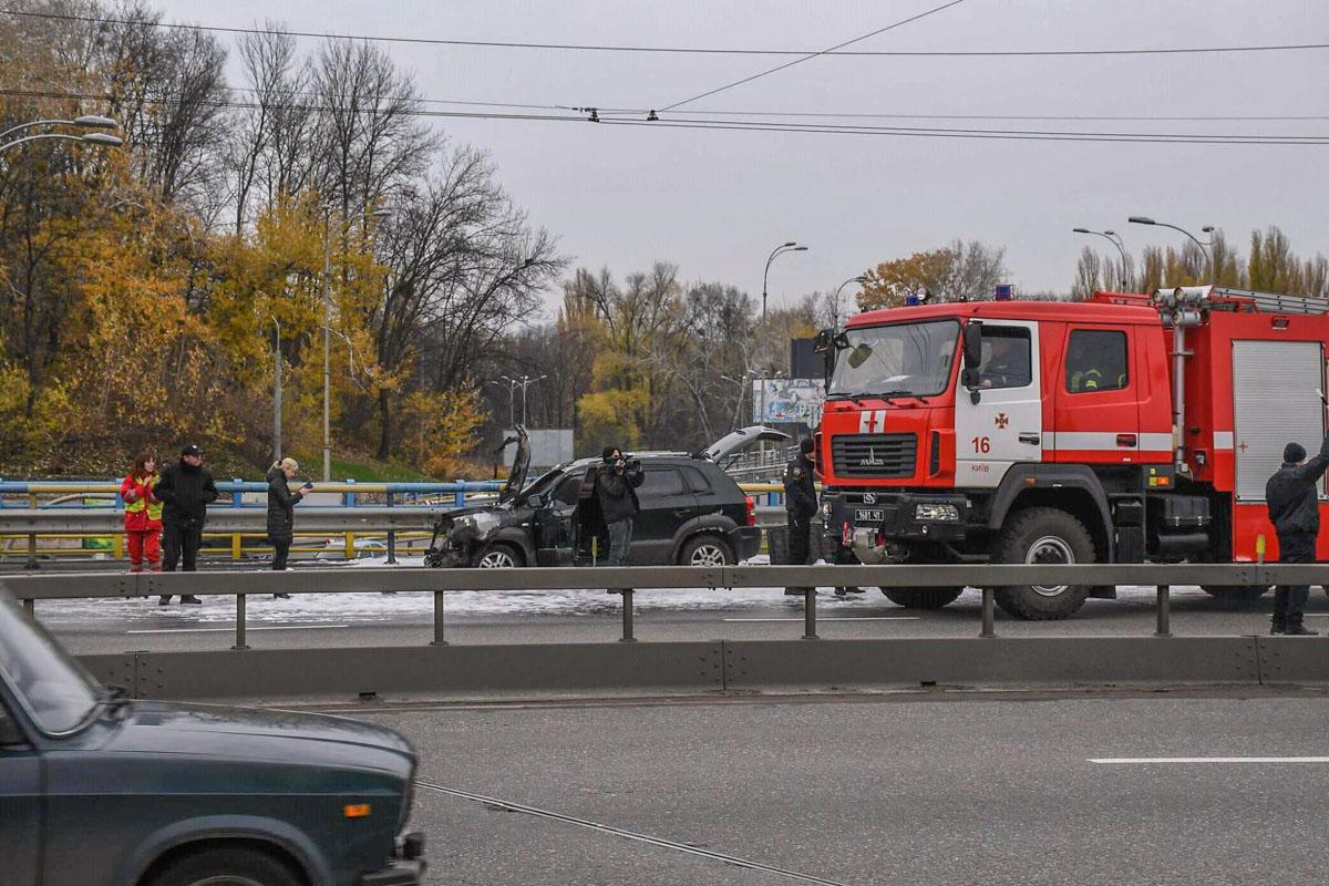 На место прибыли две пожарные машины