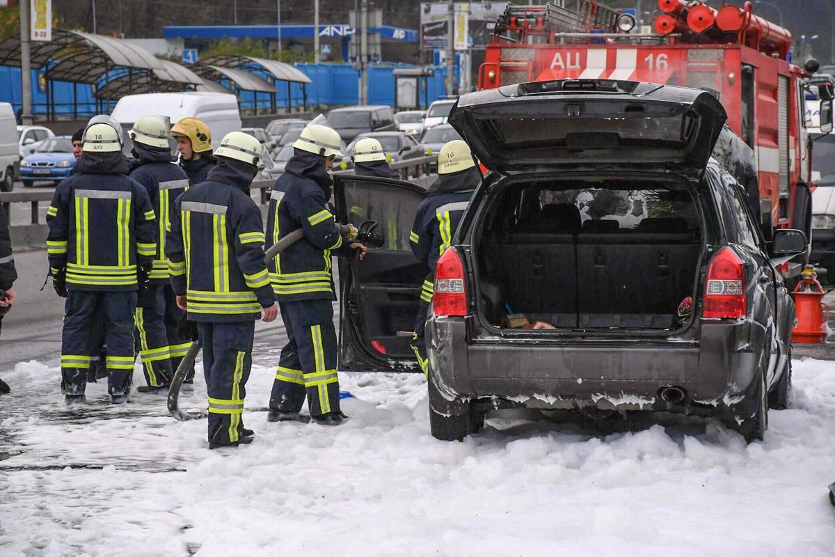 В момент пожара в авто находилась жена и дочь ее владельца. Они вовремя успели выбежать из загоревшейся машины