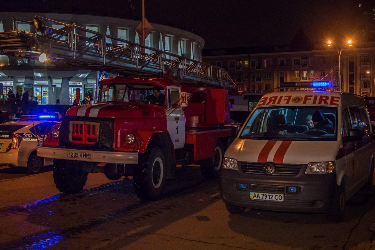 К месту возгорания прибыло около 10 пожарных машин, несколько бригад скорой помощи и патрульная полиция.
