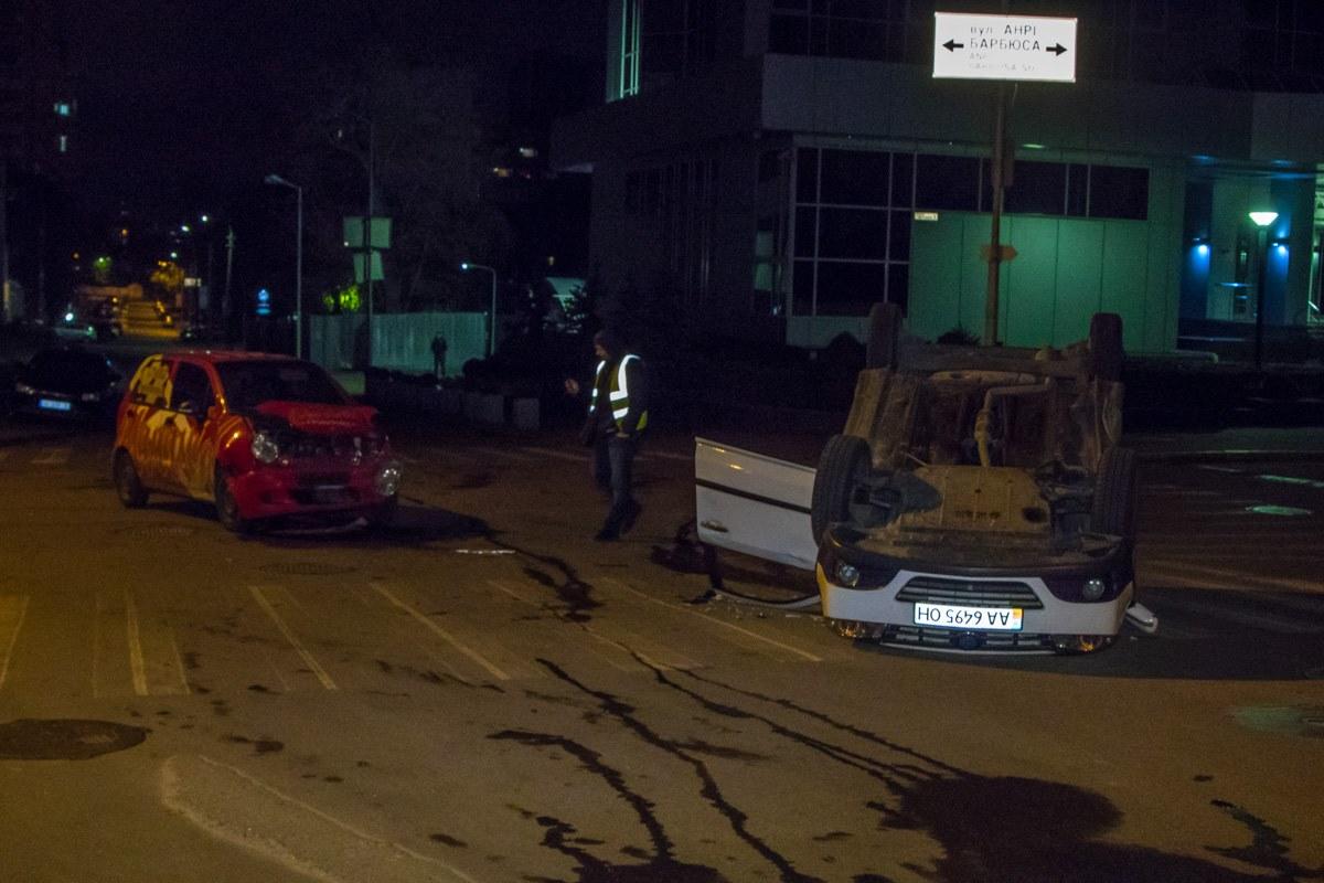 Машины столкнулись на перекрестке улиц Тверская и Анри Барбюса