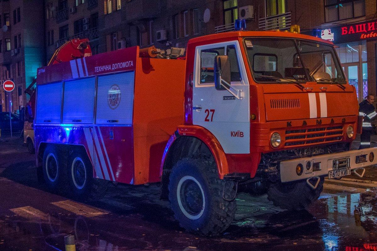 По прибытию на место возгорания пожарные установили несколько автолестниц и подъемник для борьбы с огнем.